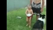 Дете Не Може Да Ритне Топка