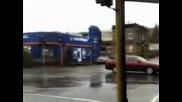 Viatyr izkoreniava dyrvo iaka reklama za Jeep )