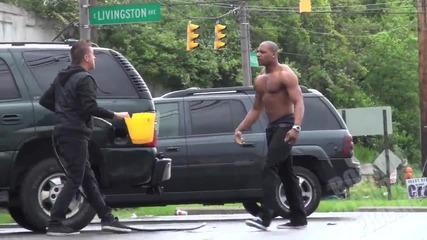 Момче източва бензин от коли - Шега