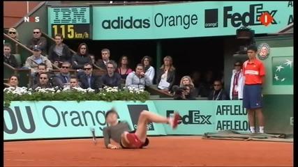 Маша Шарапова пада по дупе