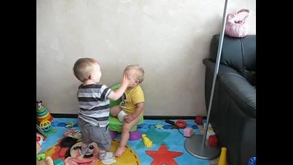 Роско и Анди си играят...
