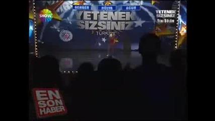 Това момче накaра публиката да затанцува