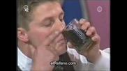 Странен Начин За Пиене На Coca - Cola