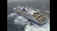 Кораб за малко не се преобърна в страхотна буря на вътре в океана