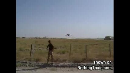 Самолет Изкарва Акъла На Войник