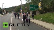 Hungary: Hundreds of refugees continue to march to Austrian border