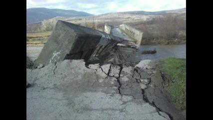 Пълноводието на джерман! Паднаха части от 2 моста при бобошево