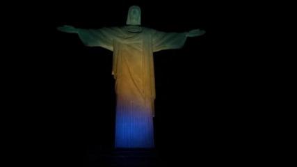Статуята на Иисус в Рио грейна в бразилски цветове заради Игрите
