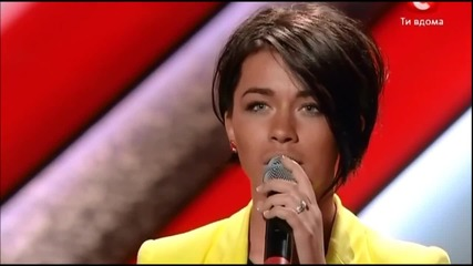 Момиче пее прекрасно песента Euphoria