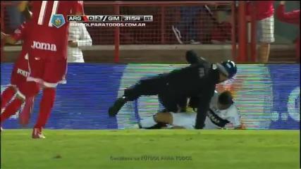 Футболист влиза остро в краката на полицай