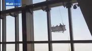 Да миеш прозорците на 91-ия етаж и да духне вятър!