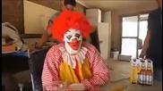 Пиян клоун се пребива смях
