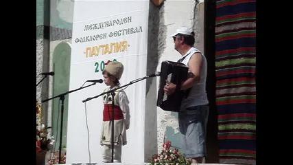 Дете пее народни песни!!!!!