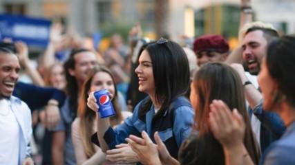 """Новините в 90секунди: Огромен скандал предизвика рекламa на """"Пепси"""" с модела Кендъл Дженър"""