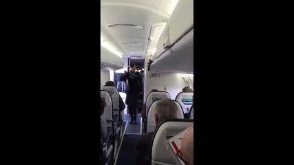 Стюардеса забавлява пътниците преди полет