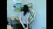 Момиче показва невероятни умения в клас