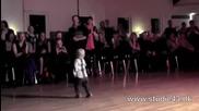 Двегодишно хлапе разсмя публиката