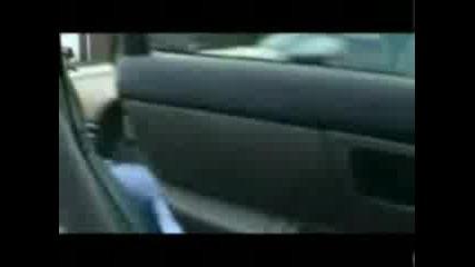 Кола Разбива Главата На Човек !!!