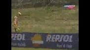 Valentino Rossi Отива Да Пикае По Време На Състезание