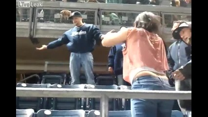Две жени вземат тупалки по време на мач