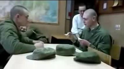 """Смях: Руски войници се забавляват с """"игра с лъжици"""""""