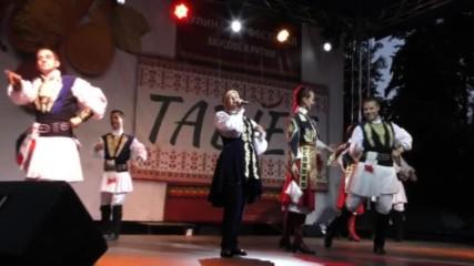 Страхотно шоу сътвориха Николина Чакърдъкова и Неврокопски танцов ансамбъл в южния парк в София.