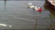 Лодка за разпъване на въдици и захранка с дистанционно управление