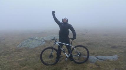 Спускане през облаците от Черни връх към София с колело и висока скорост.