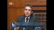 Росен Плевнелиев държи на бюрото си президентката си клетва