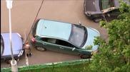 Жена-шофьор се опитва да излезе от паркинг