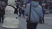 О, да! Това е един много лош снежен човек, който изкарва акъла на минувачите!