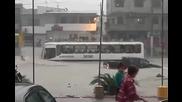Градския транспорт в Еквадор не признава дори и природни бедствия!
