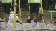 Бразилия тренира по чорапи в пясъка