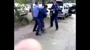 Руски полицай распускат по време на работа