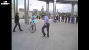Руски полицай танцува на Lady Gaga