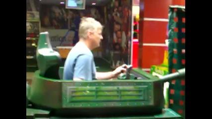 Възрастен човек играе на детска игра Vbox7