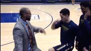 Треньор по баскетбол приветства играчите си с различни поздрави!
