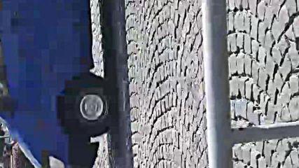 """""""Моята новина"""": Кола скочи върху трамвайната релса"""