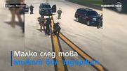 Мъж по бельо буйства върху крилото на самолет на летище в САЩ