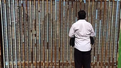 Mexico: Wall talk - families speak over border fence to relatives in US