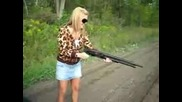 Блондинка с оръжие