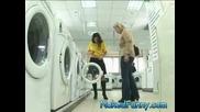 Мацка сваля показва как се ползва пералня като си сваля всички дрехи:)))Голи и смешни 27.03.08 HQ