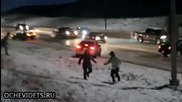 Коли внезапно масово се пързалят по заледен участък на магистрала в Канада !