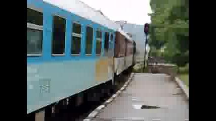 Влак минава на червен светофор
