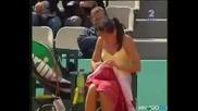 Тенисистка си сменя гащите на корта