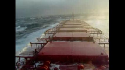 Голям Кораб И Огромни Вълни