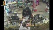 Нагъл крадец измъква касовия апарат от ръцете на стъписан аптекар