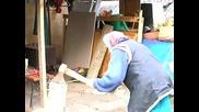 92 годишна баба цепи дърва!