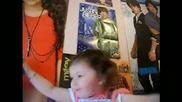 Две годишно момиченце пее много хубаво песен на Justin Bieber