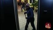 Сляп човек пада в асансьорната шахта